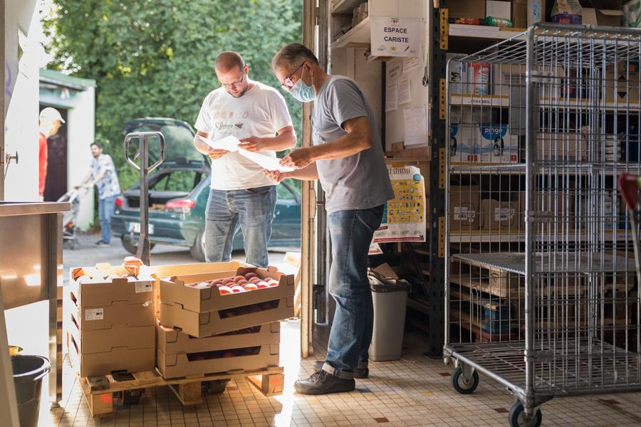 Breizhicoop - coopérat.rice.eur.s au travail -  cariste et livraison des marchandises : réception de fruits par un bénévole cariste