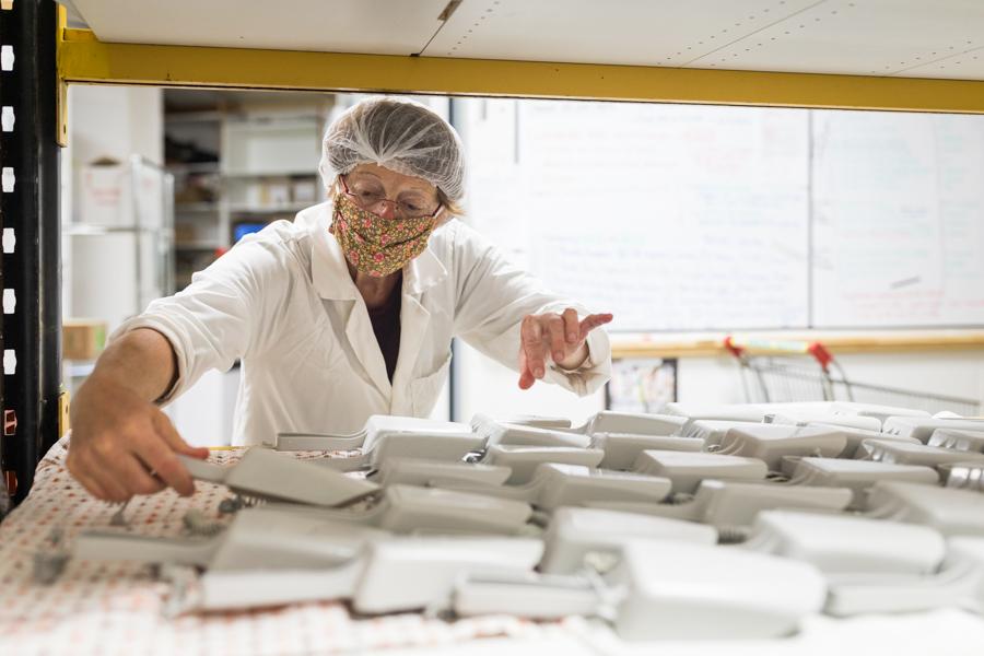 Breizhicoop - coopérat.rice.eur.s au travail - gestion des aliments en vrac : nettoyage et séchage des pelles du meuble libre-service vrac par une coopératrice bénévole